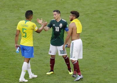 Guardado felicita a Paulinho por el pase a cuartos de final.