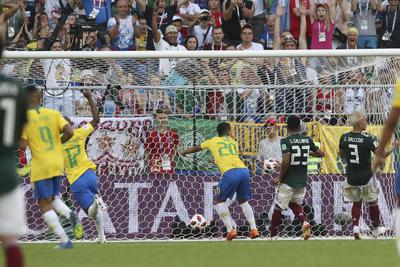 Firmino (20) marca el segundo y definitivo gol del encuentro.