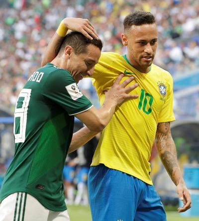 Guardado y Neymar se encuentran por un balón sobre la banda.
