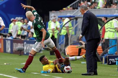 Neymar fingió una lesión sobre la banda para hacer tiempo mientras ganaban 1-0.