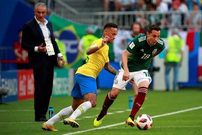 Neymar busca robar el balón a Andrés Guardado.