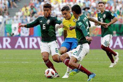 Coutinho ante la ferrea marca de la defensiva mexicana.