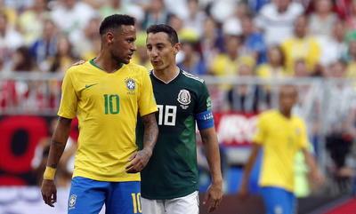 Guardado dialoga con Neymar por sus constantes caídas.