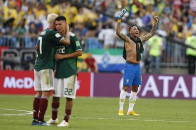 Neymar festeja a lo lejos la victoria de los sudamericanos.