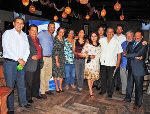 03072018 POSAN PARA LA FOTO.  Renata Chapa con el grupo de anfitriones de la APM y Psicofarma.