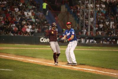 Golpeó a Ciro Norzagaray y Missael Rivera dio hit al derecho, pero el mejor amigo del pitcher llegó, doble play, el cual fue bateado por Abraham López, con rodado a segunda.