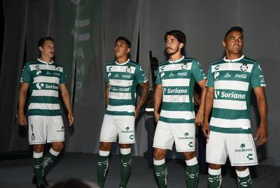 De la mano de Charly Futbol, los Guerreros presentaron su tradicional uniforme albiverde.