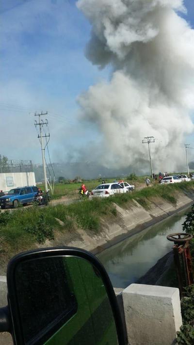 El gobierno del estado de México informó hasta las 13:00 horas que cuerpos de emergencia atendían el llamado de la primera explosión, cuando se suscitó un segundo incidente.