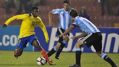 Además, el defensa central también figuró en los juveniles de la Selección Argentina, con la que logró la medalla de plata durante los Juegos Panamericanos que se realizaron en México en el 2011.