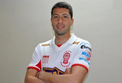 En el 2015 debutó en el Huracán de Argentina, equipo con el que disputó la Copa Libertadores y Copa Sudamericana.