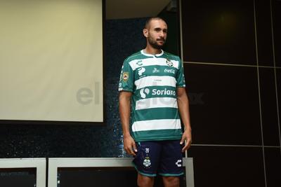 Previo a su viaje a Estados Unidos, Santos Laguna presentó a Alejandro Castro, otro de sus refuerzos para el Apertura 2018 de la Liga MX, donde buscarán el bicampeonato.
