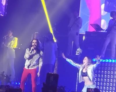 Belinda cantó con Bryan Amadeus de Moderatto.