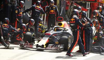 Daniel Ricciardo de Aston Martin se detiene en los pits durante la carrera-