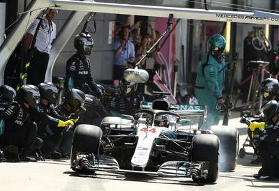 Lewis Hamilton durante los pits.