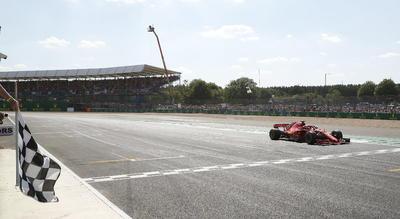 Sebastian Vettel cruza la línea de meta.