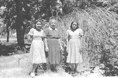 08072018 Sra. Rosita Molina de Balderas con sus hijas, Esperanza y Raquel, en 1994.