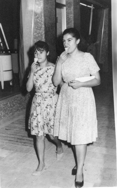 08072018 María del Socorro Puentes Castro y María del Refugio Herrera Álvarez (f) paseando por el Centro de Torreón en la década de los 60.