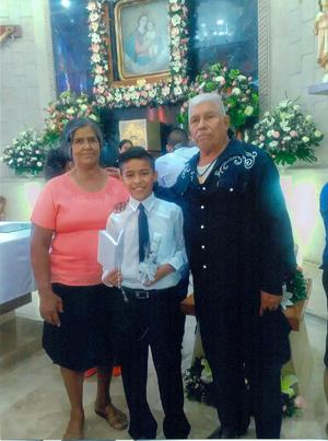 08072018 Martha Durón Marrufo y Joaquín Burciaga Martínez acompañando a su nieto.