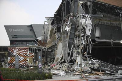 Una parte del centro comercial Artz en el Pedregal se derrumbó este jueves.