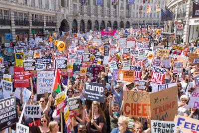"""La visita al Reino Unido de Trump concita multitudinarias protestas en rechazo a su política en materias como inmigración y medioambiente, y a comentarios que sus opositores califican de """"racistas"""" y """"misóginos."""