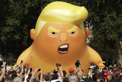 """El globo gigante de un """"bebé Trump"""" en pañales y sujetando un móvil se alzó hoy enfrente del Parlamento de Londres, como parte de las protestas por la primera visita oficial al Reino Unido del presidente estadounidense, Donald Trump."""