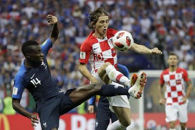 Modric disputa un balón contra Matuidi.