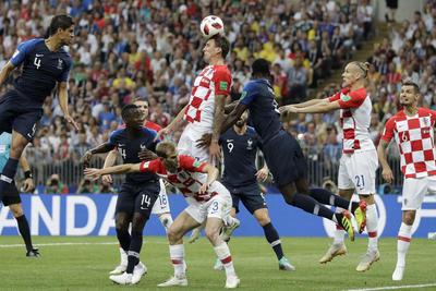 Mario Mandzukic abrió la cuenta en contra tras este autogol en el arranque del partido.