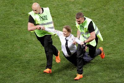 Pussy Riot, grupo radical contra el mandatario ruso Vladimir Putin, saltó al campo de Moscú durante la final.