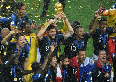 Giroud festeja con la Copa del Mundo en sus manos.