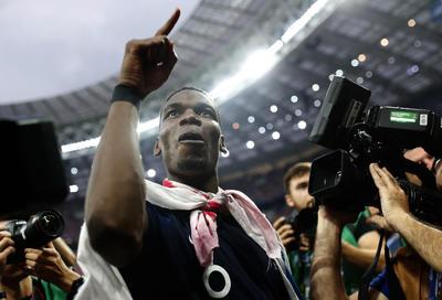 Paul Pogba festejó con la afición francesa presente en Luzhniki Stadium.