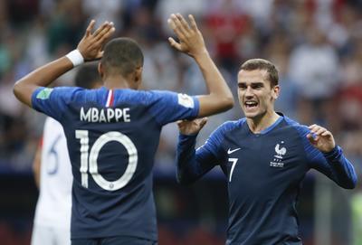 Mbappé festeja con Griezmann tras anotar gol.