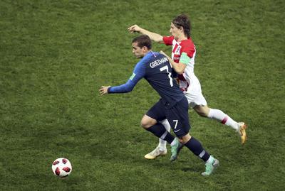 Gran duelo mantuvieron Luka Modric y Antoine Griezmann.