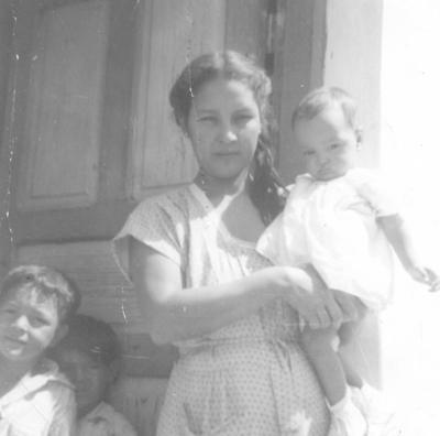 15072018 Sra. Anita Alemán (f) con sus hijos: Eladio, Carlos y Cuca Pacheco, en 1950.