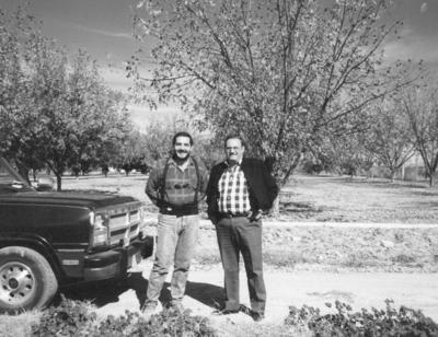 15072018 Julián Núñez y Jesús Reyes en 1979, en los nogales en Jiménez, Chihuahua.