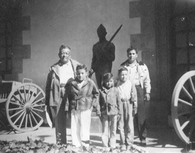 15072018 Sr. Dámaso Pacheco (f) y su hijo Epifanio Pacheco (f) con sus nietos y sobrinos, Raúl, Eladio y Carlos Pacheco en la Cd. de México visitando el Castillo de Chapultepec en agosto de 1954..