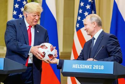 Putin regaló a Trump un balón del Mundial de Rusia 2018.