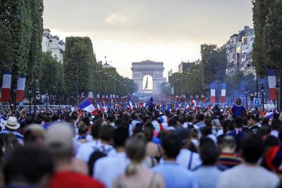 Así esperaron los franceses a su selección en los Campos de Elíseos.