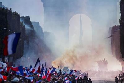 Abajo de la bandera pintada en el cielo, iba la selección por los Campos de Elíseos.