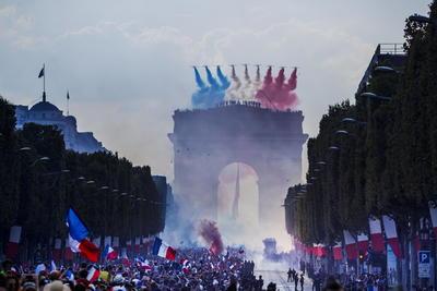 Desde el Arco del Triunfo, la Fuerza Aérea de Francia desplegó los colores de su bandera en lo alto del cielo parisino.