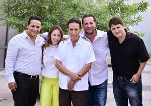 Jose Antonio acompanado de sus hijos  Pablo  Claudia  Jose Antonio y Carlos