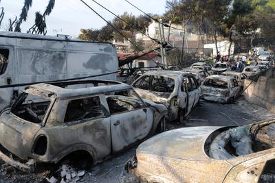 Según informó el alcalde de Rafina, Evánguelos Burnús, al menos un millar de casas han sido destruidas y unos 200 vehículos han sido dañados en mayor o menor medida por las llamas.