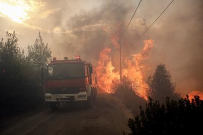 Otro incendio de menor envergadura a 30 kilómetros al noreste de Atenas acabó convirtiéndose por la noche, con vientos que alcanzaron fuerza 9 en la escala de Beaufort y rachas de fuerza 11, en causante de la mayor tragedia vivida en Grecia desde hace once años.