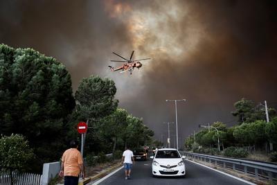 El mayor incendio en más de una década en Grecia comenzó ayer con varios fuegos en una zona forestal a 50 kilómetros al suroeste de Atenas que obligaron a evacuar varias poblaciones pero que no se saldaron con víctimas.