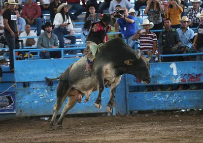 En la monta de toros, en la división juvenil la golria fue para Johan Puentes de Agauscalientes, en tanto que Luis Sánchez se adueñó de la segunda posición.