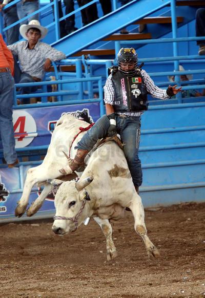 En la disicplina de la monta de caballos con pretal, las emocionies estuvieron fuertes y Héctor Montes se quedó con el campeonato del evento, mientras que Ever Luna fue el segundo lugar.