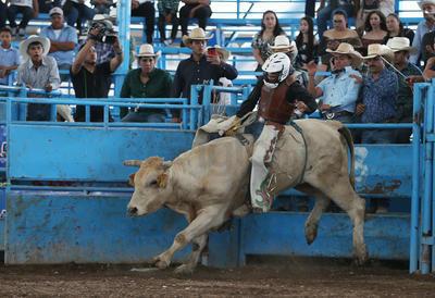 Mientras que por los locales de Durango, Raúl Salas sacó la casta y se adueñó de la tercera plaza, después de luchar por ocho segundos contra buenas bestias.