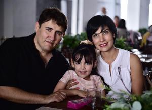 25072018 Carlos Trujillo y Julieta Sotomayor con su hija, Julie Trujillo Sotomayor.