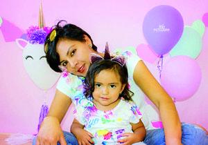 25072018 LINDA POSTAL.  Wendy Rivas Mora con su mamá, Karen Evangelina, cumplieron años en días pasados.
