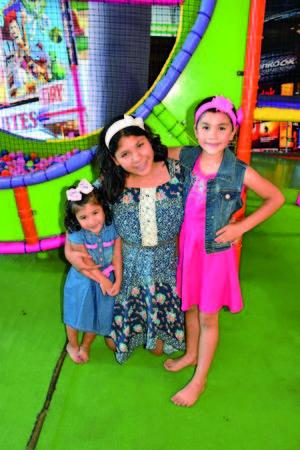25072018 FELICES.  Ana Victoria con sus primas, Paola y Renata.