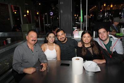 Familia Romo celebrando cumpleaños de Irving Adrián.